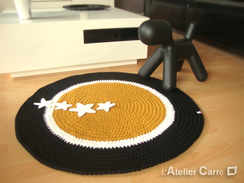 tapis-rond-safran-blanc-noir-etoiles