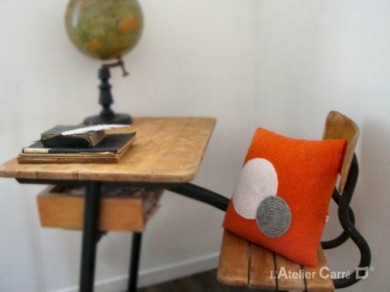 coussin style 70 en tricot et ronds colorés