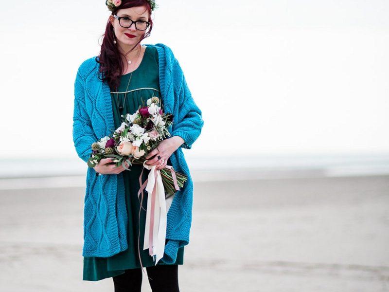 étole ou jeté de canapé en tricot motif feuille bleu canard