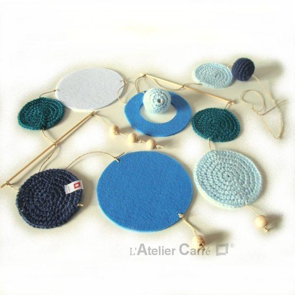Guirlande mobile ronds en laine et feutrine coloris bleu