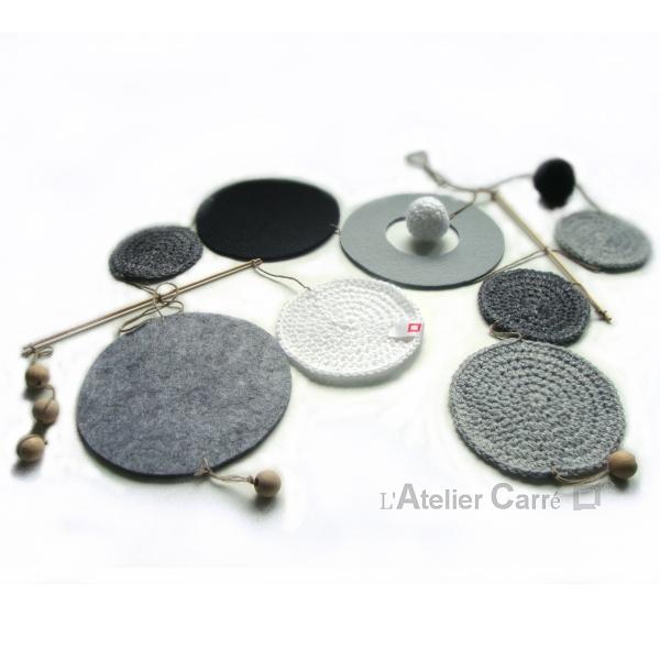 Guirlande mobile ronds en laine et feutrine coloris noir gris