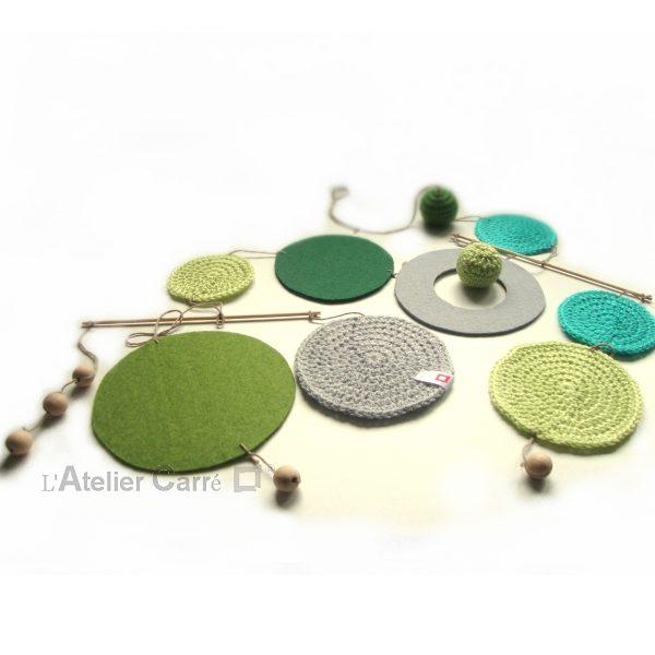 Guirlande mobile ronds en laine et feutrine coloris vert gris