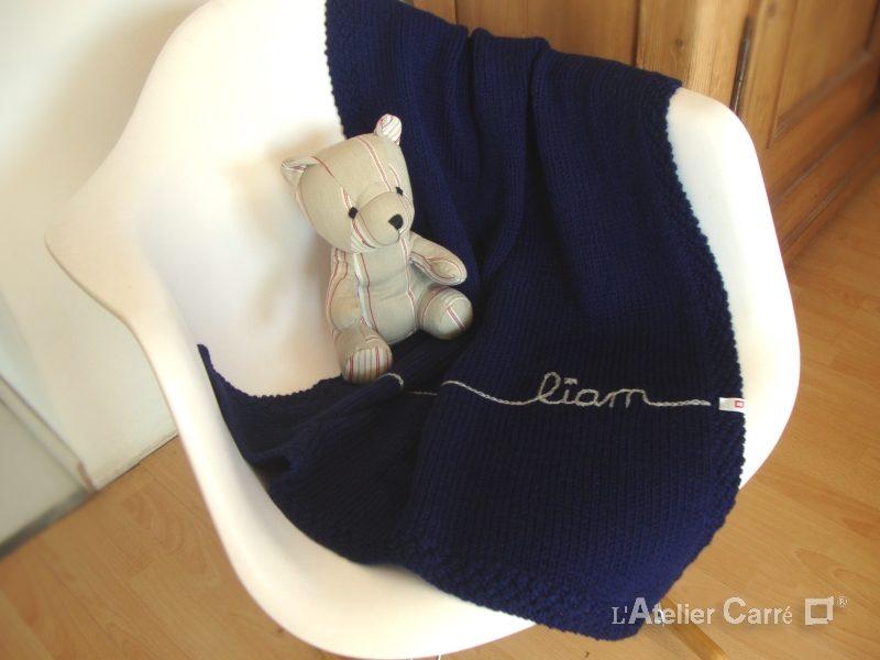 couverture-bebe-tricot-personnalisable-bleu-marine-liam