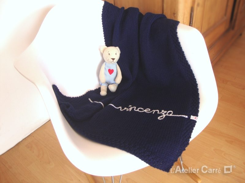 couverture bébé en tricot personnalisable prénom bleu marine