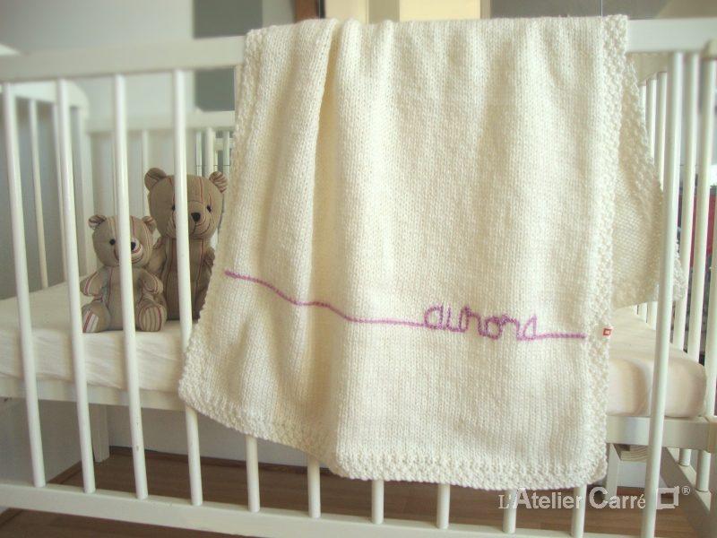 couverture-bebe-tricot-personnalisable-gris-clair-blanc-aurora