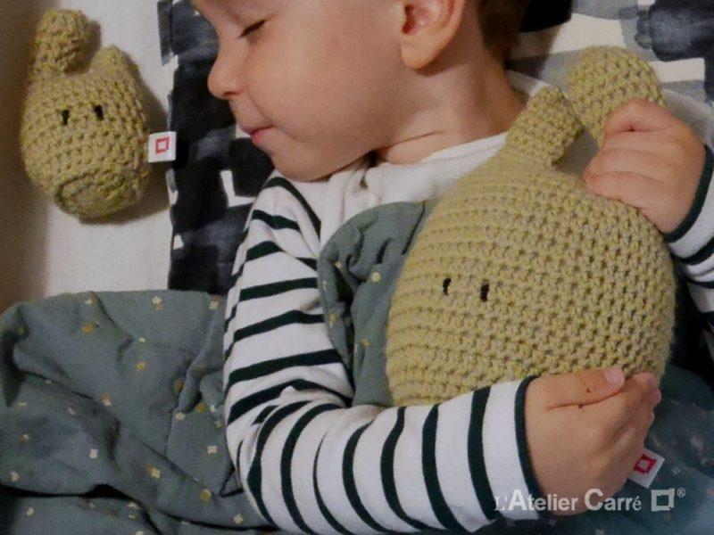 couple de doudous rigolos en laine et mousse