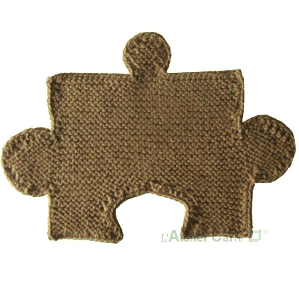 set de table design en tricot forme puzzle combinable camel