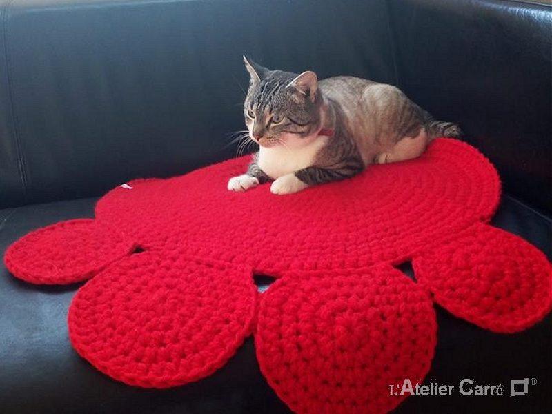 tapis pour chien ou chat forme patte rouge