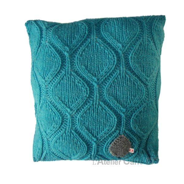 Coussin graphique en tricot motif feuille turquoise