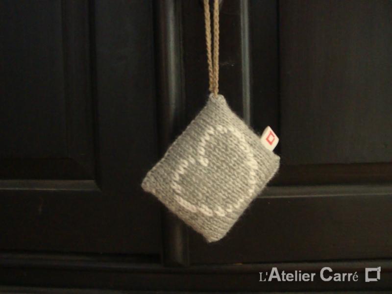 décoration de porte gris clair motif cœur