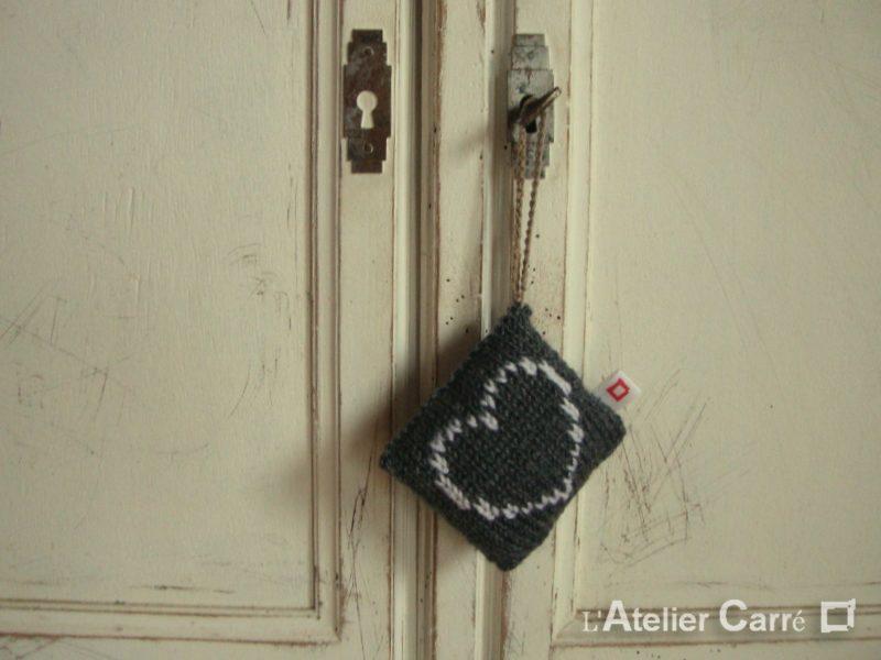 décoration de porte gris foncé, motif cœur