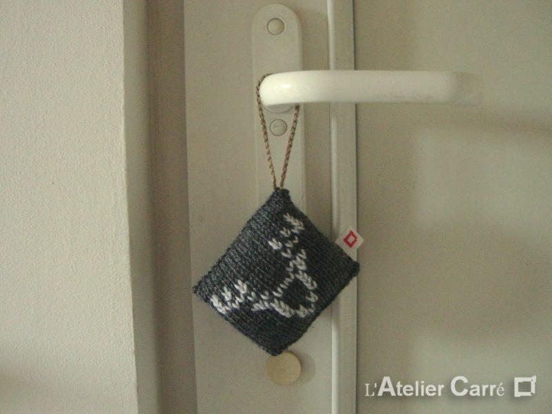 décoration de porte gris foncé motif renne