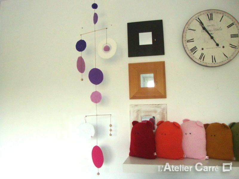 Guirlande mobile ronds en laine et feutrine coloris violet rose