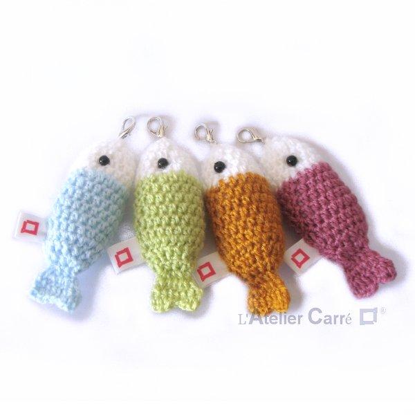 poisson porte clefs bicolore en laine et mousse