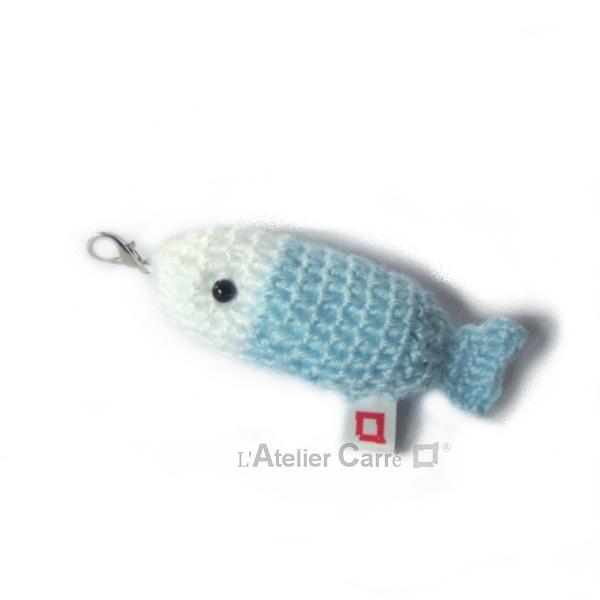 poisson bicolore laine et mousse porte clefs grigri bleu ciel