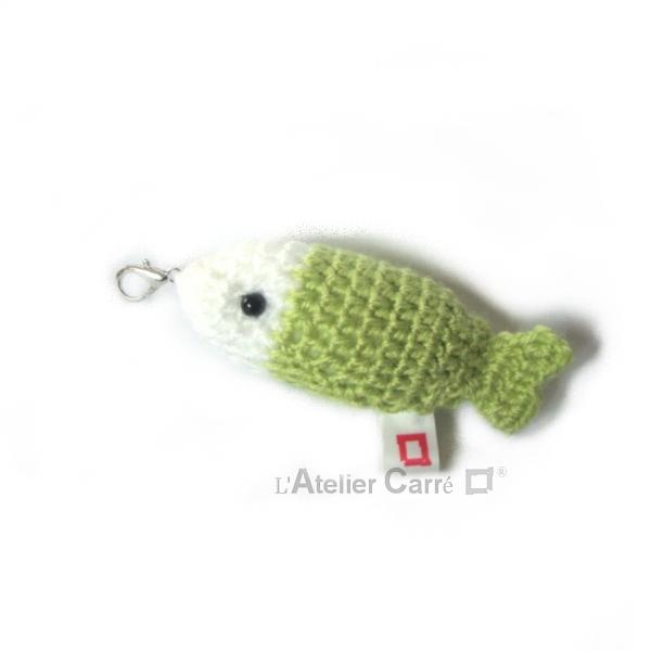 poisson bicolore laine et mousse porte clefs grigri vert anis