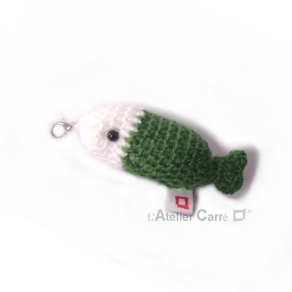 porte-clefs poisson en laine et mousse bicolore blanc vert