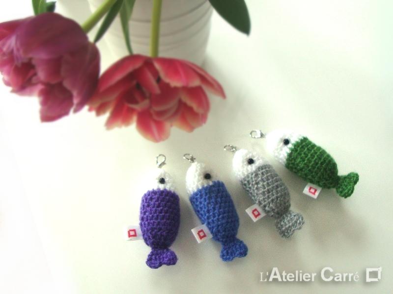 porte-clefs poisson en laine et mousse bicolore