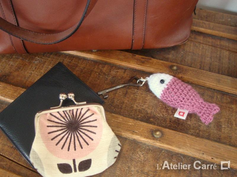 Poisson bicolore crocheté en laine et mousse porte-clefs bijou de sac