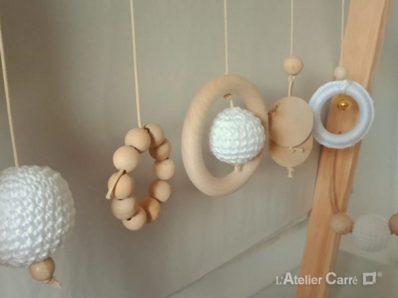 portique d'éveil bébé en bois et crochet avec bruitages