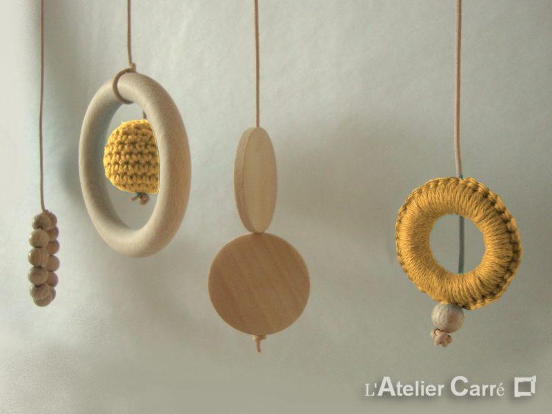 portique-d-eveil-bebe-bois-crochet-detail-moutarde