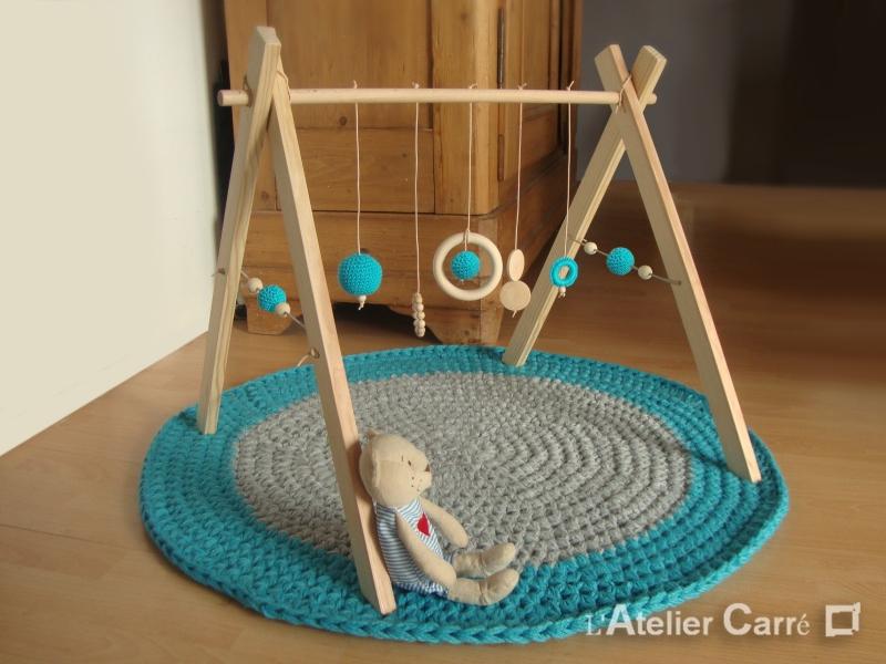 portique ou arche d'éveil bébé en bois naturel et éléments au crochet bleu
