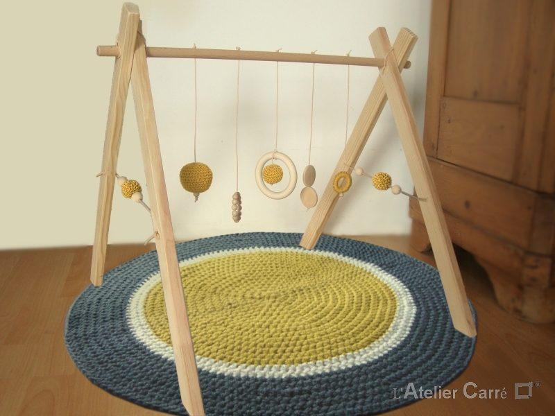 portique d'éveil bébé en bois naturel et éléments au crochet moutarde