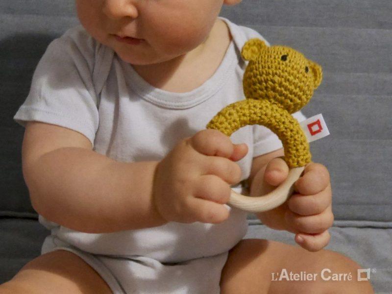 hochet bois et crochet ourson