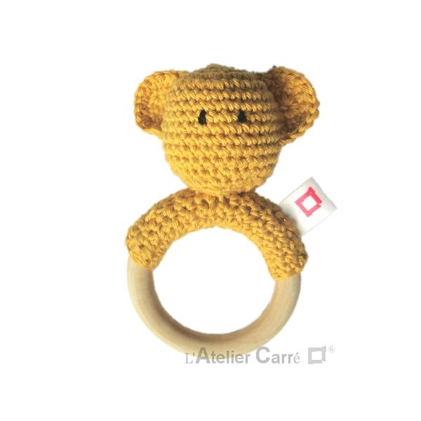 hochet bois et crochet anneau de dentition forme ourson moutarde