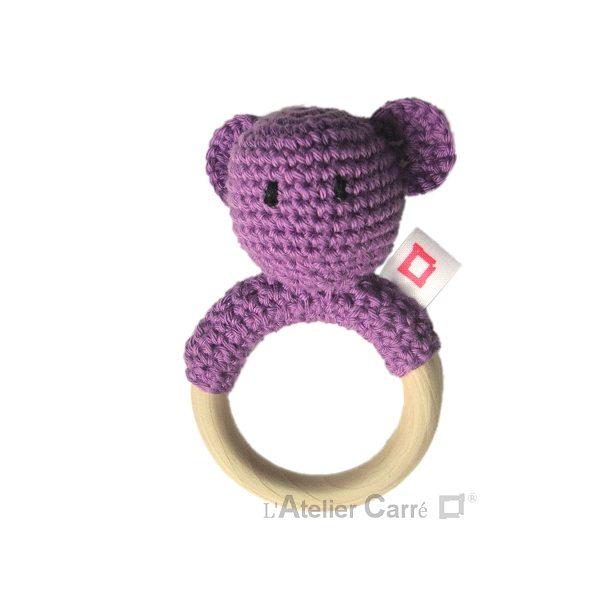 hochet-bois-crochet-anneau-ourson-violet