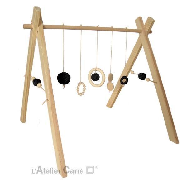 portique ou arche d'éveil bébé en bois naturel et éléments au crochet noir