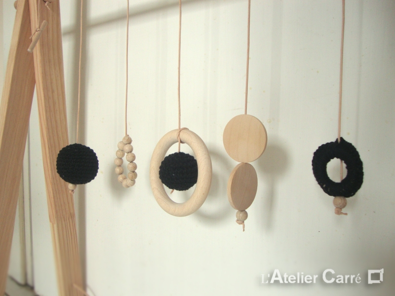 portique arche d'éveil en bois et crochet coloris noir
