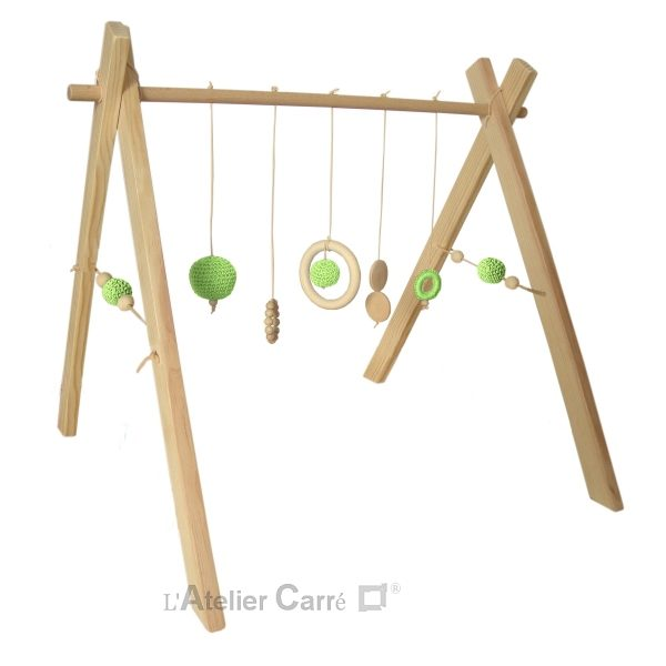 portique ou arche d'éveil bébé en bois naturel et éléments au crochet vert clair