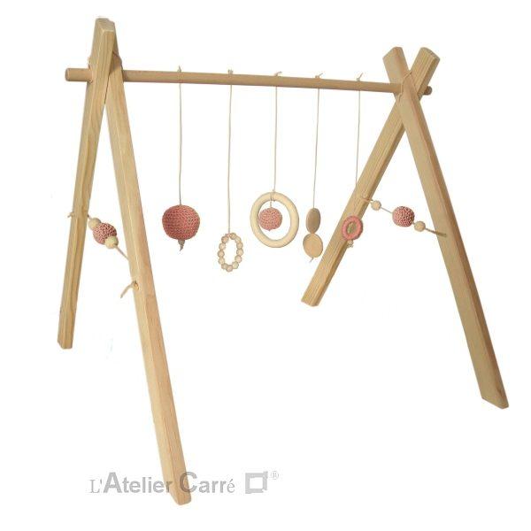 portique ou arche d'éveil bébé en bois naturel et éléments au crochet rose ancien