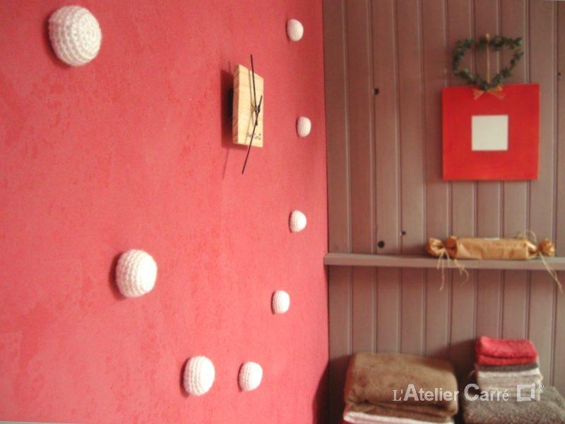 horloge murale bois et boules crochetées