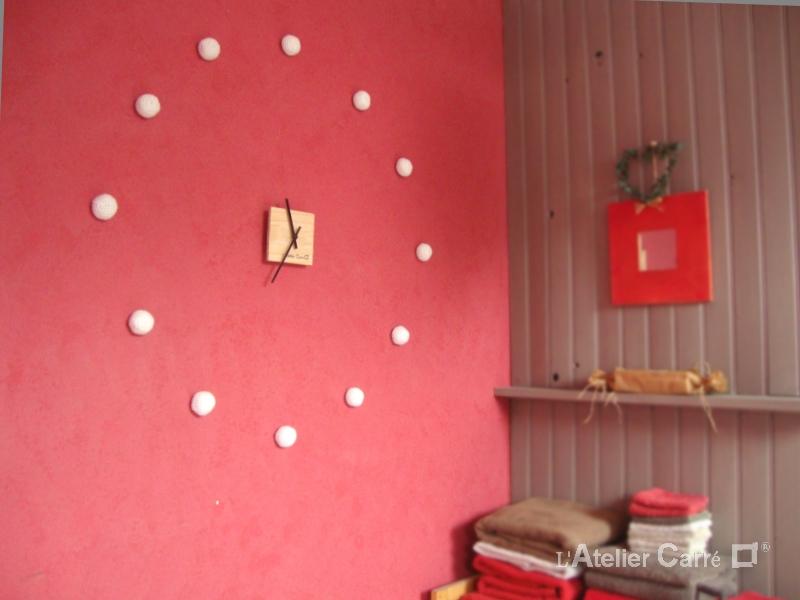 horloge murale bois et boules crochetées blanc