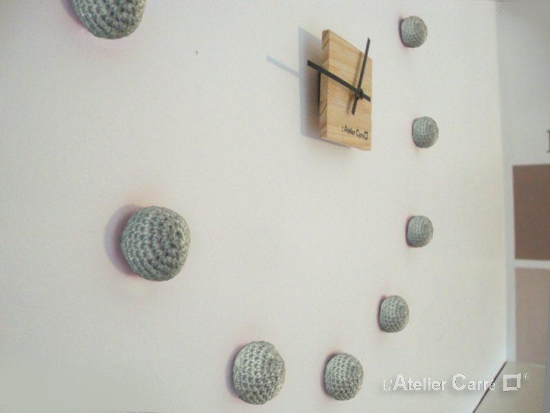 horloge murale bois et boules crochetées gris clair