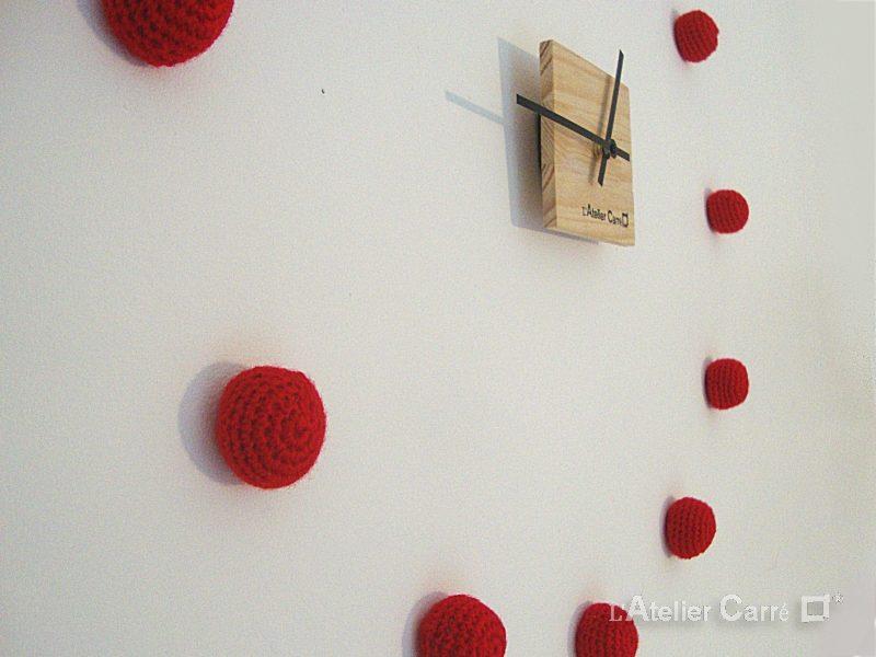 horloge en bois et boules au crochet personnalisable