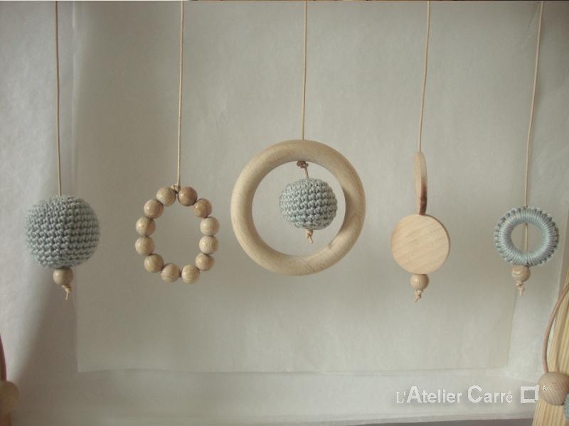portique bébé en bois et crochet coloris gris clair