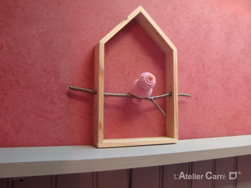 étagère décorative maison et oiseau rose pale