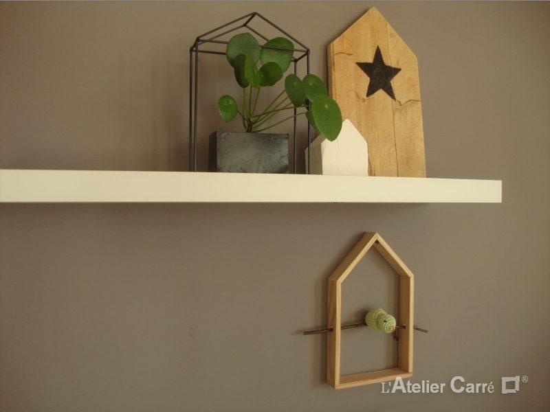 étagère maison en bois et oiseau au crochet