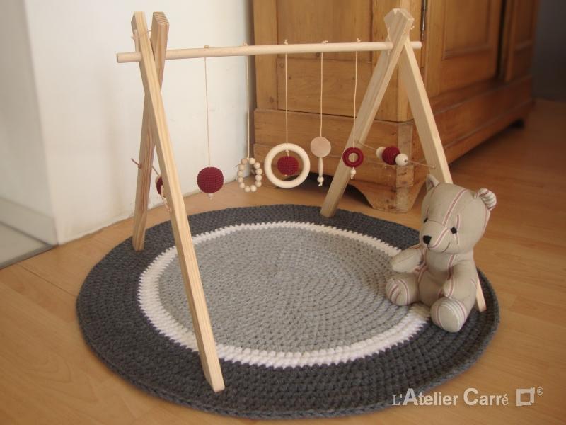 portique d'éveil bébé bois et crochet bordeaux