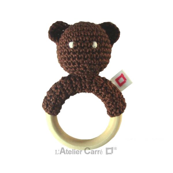 hochet bois et crochet forme ourson chocolat