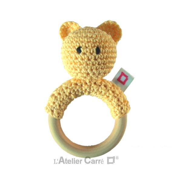 hochet bois et crochet forme ourson jaune