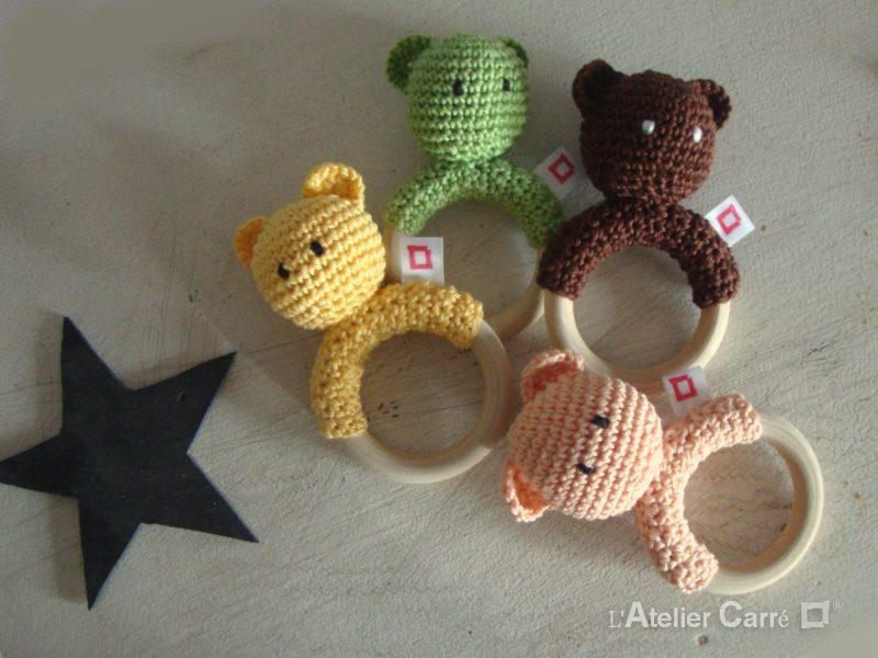 hochet bois et crochet forme ourson