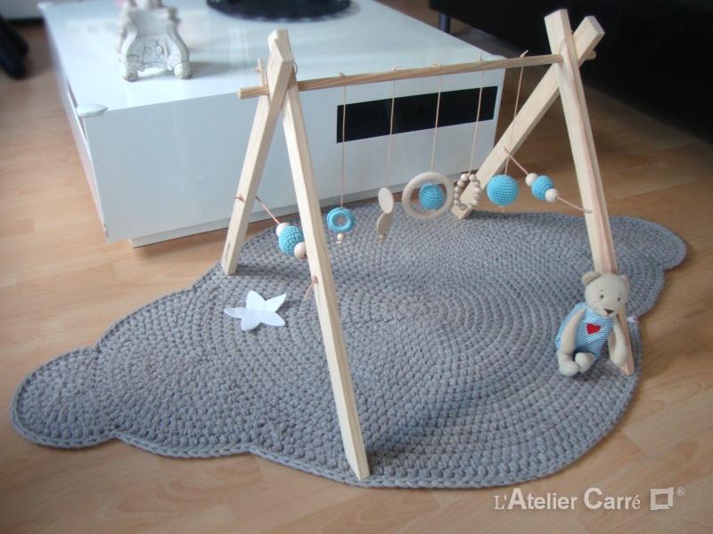 portique d'éveil bébé en bois et crochet bleu ciel